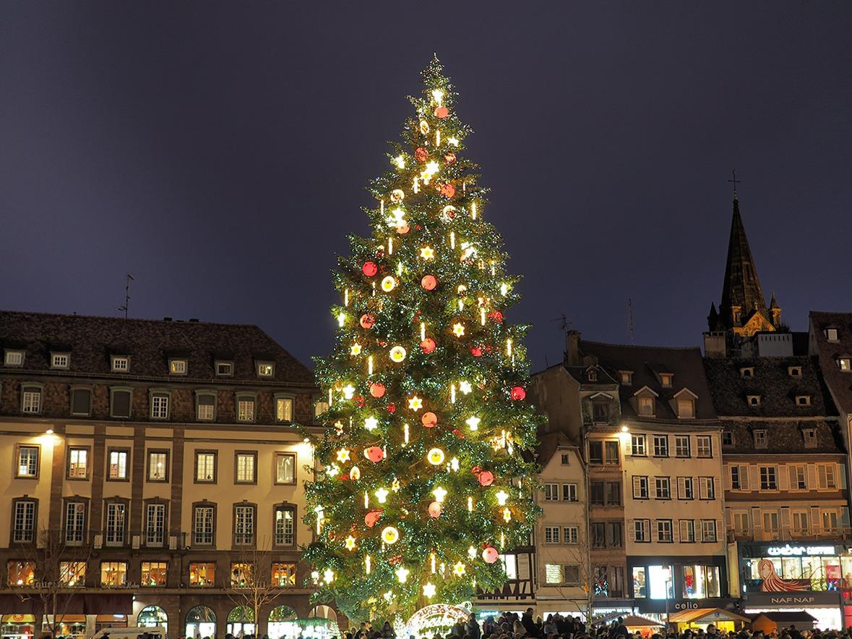 Strasbourg et son sapin (c) Dmitry Djouce